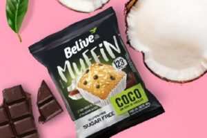 Muffin de coco com gotas de chocolate